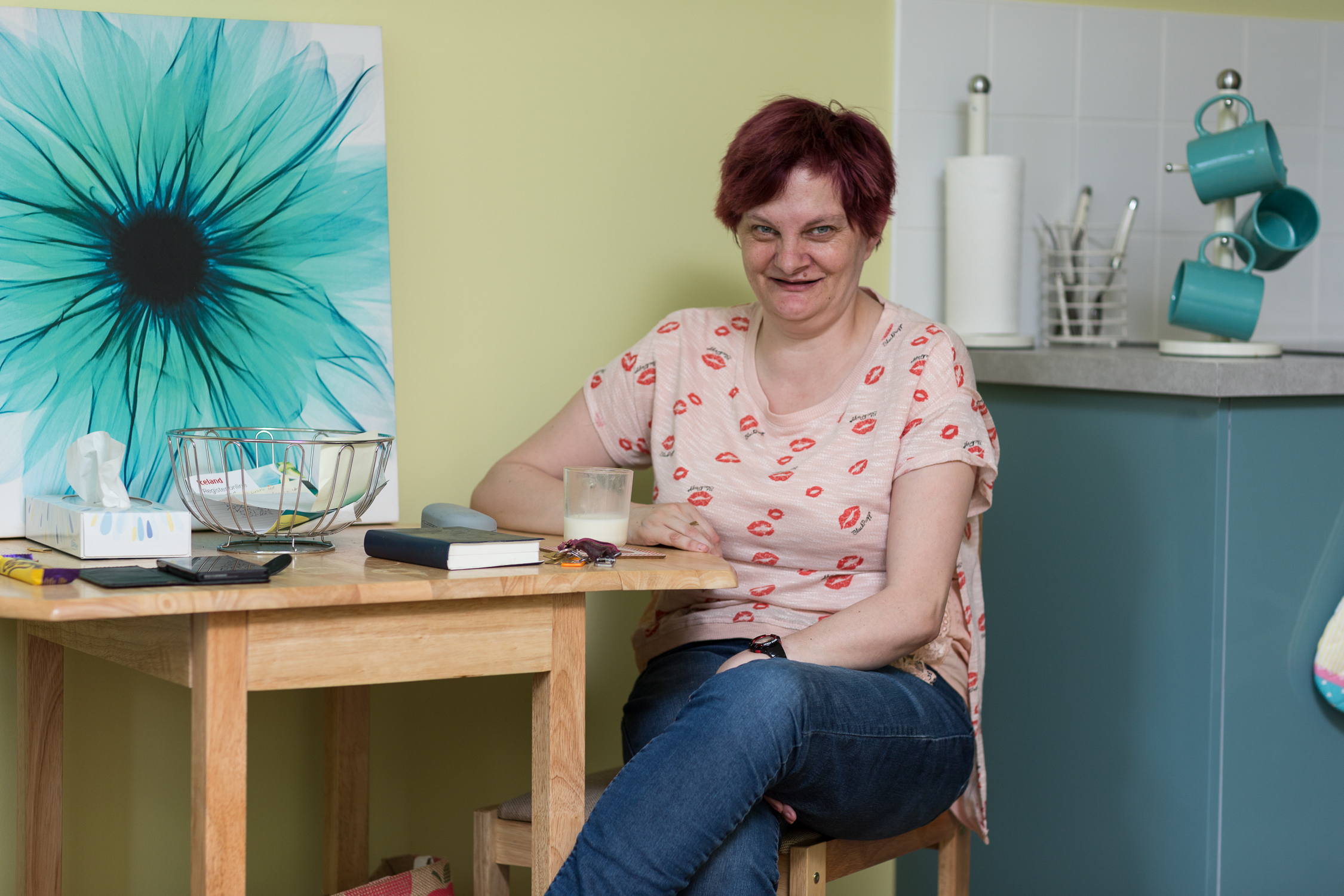 Female customer in her kitchen, in a Look Ahead service